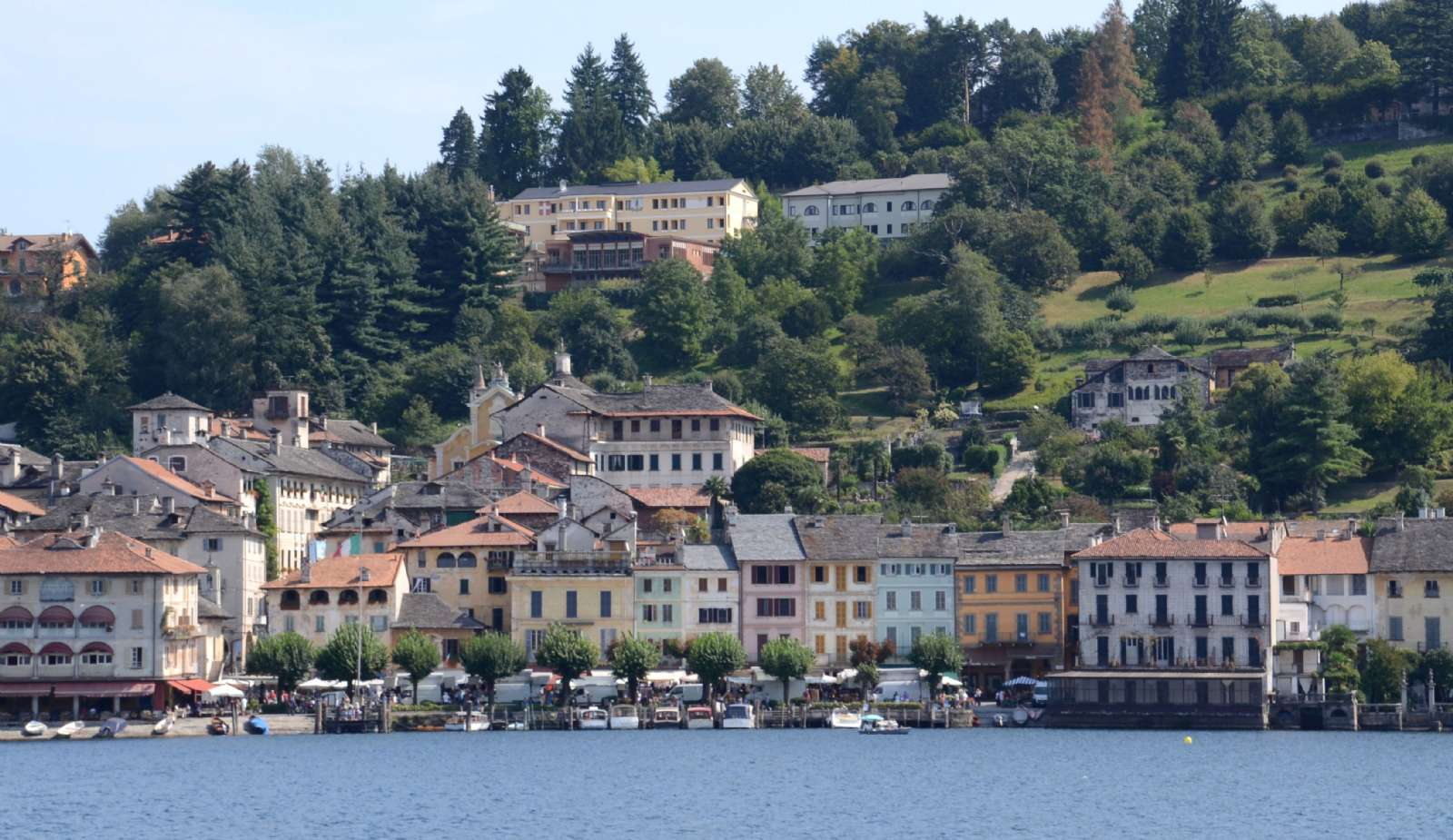 Centrum av Orta San Giulio sett från sjön