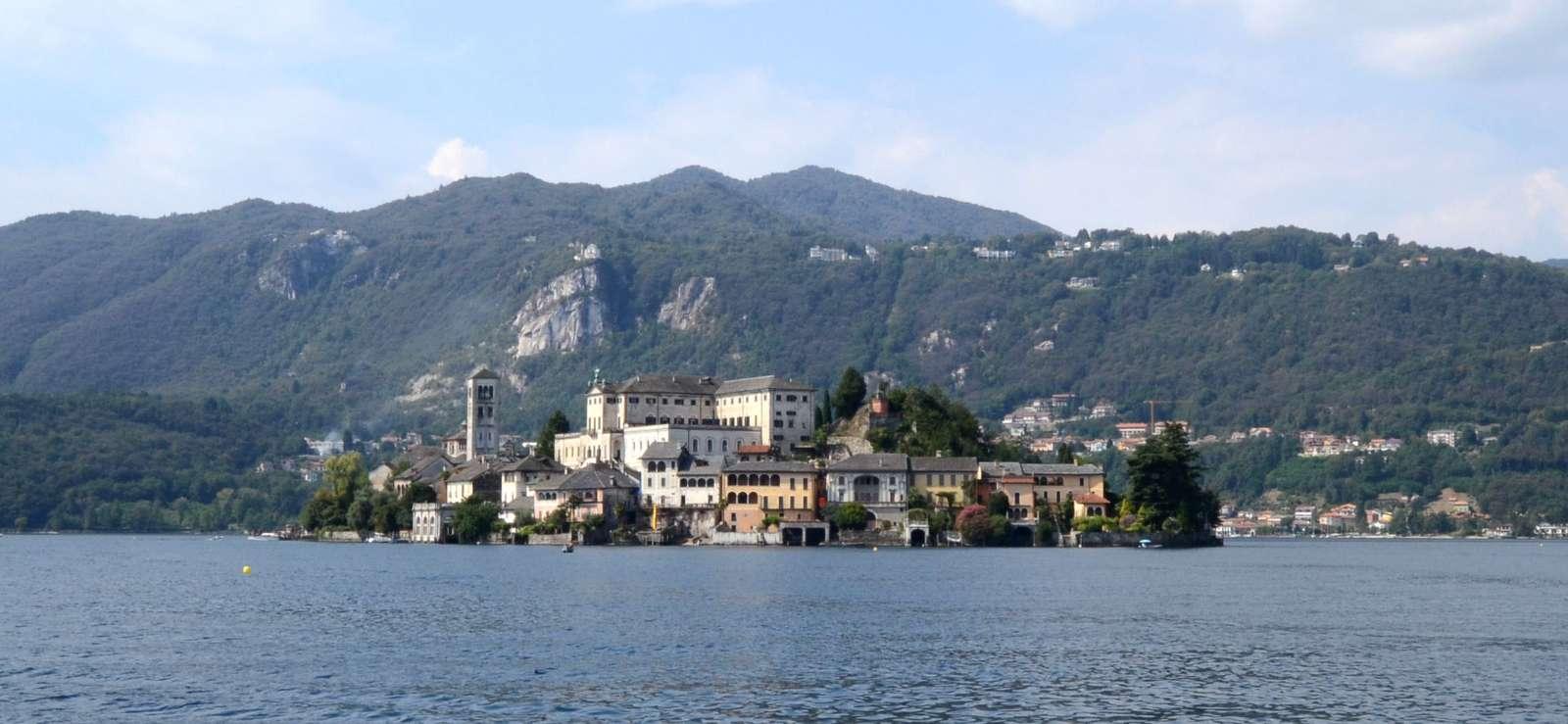 Øen Isola San Giulio set fra byen Orta San Giulio