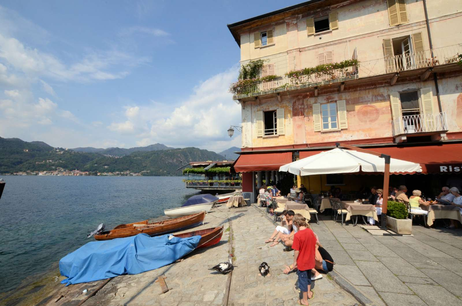 Torvepladsen Piazza Motta vender direkte ud mod søen