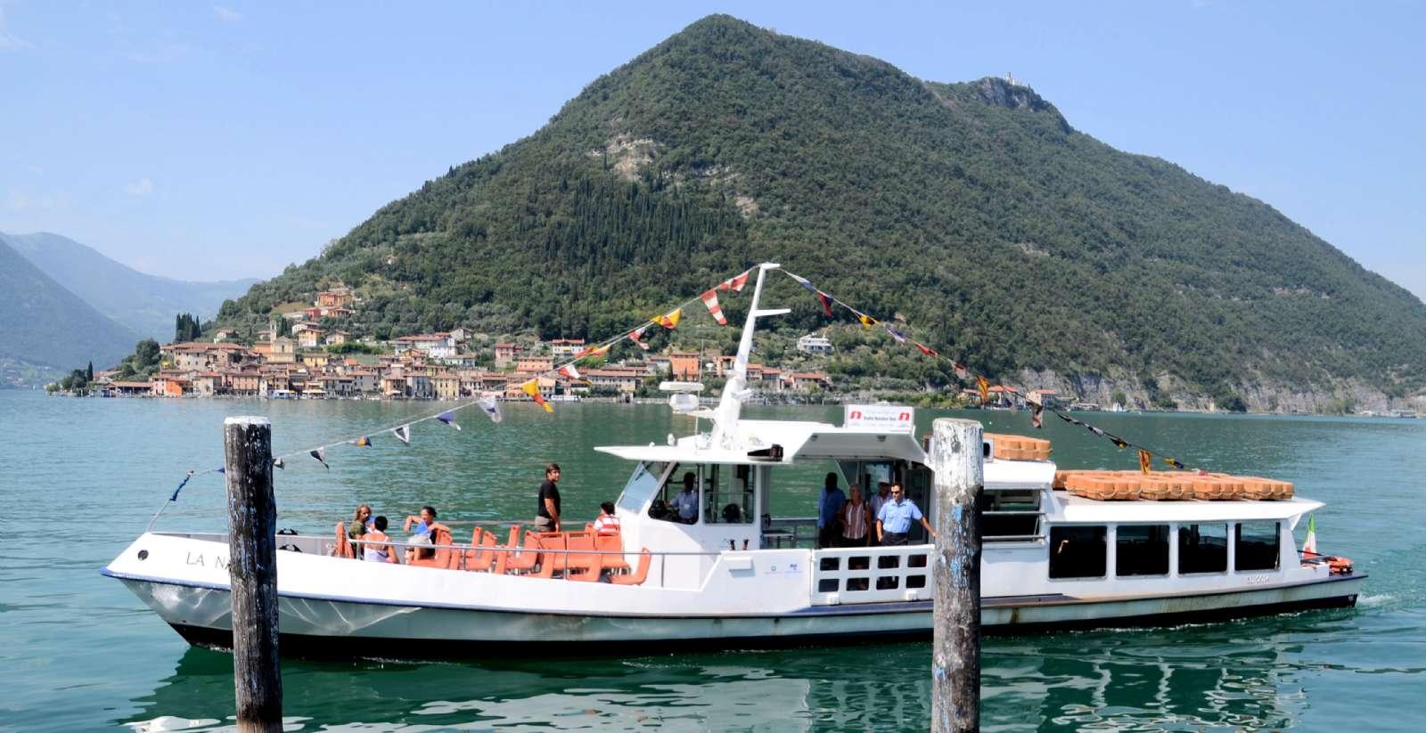 Båtfarten mellan ön Monte Isola och Sulzano på Iseosjöns bredd