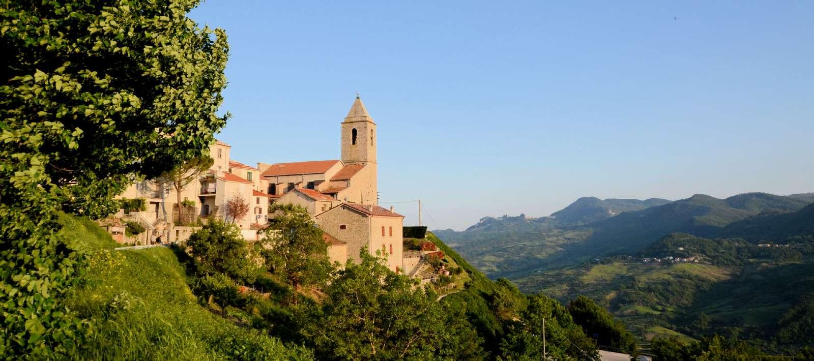 B&B San Pietro ligger i en ejendom ved siden af kirken