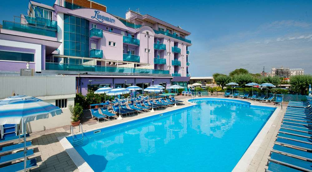 Spring i poolen på Hotel Lungomare ved Cesenatico