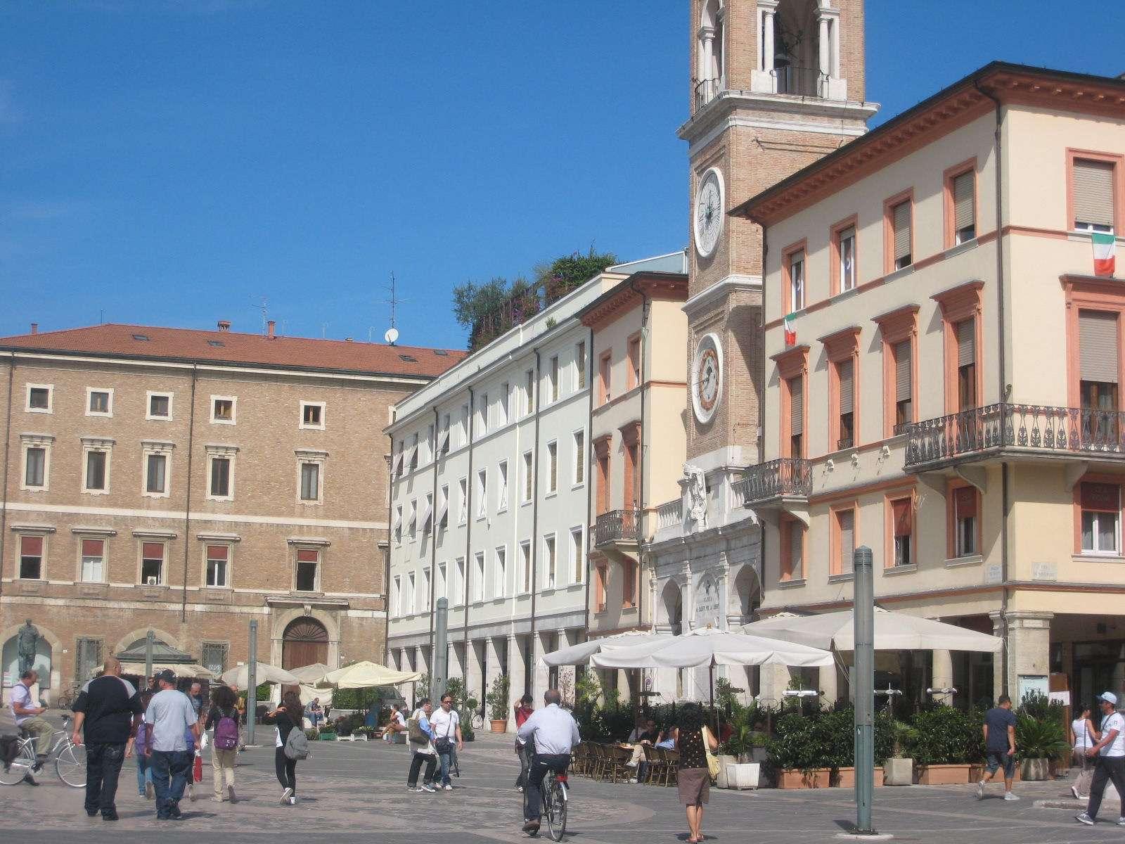 Det trevliga torget Piazza Tre Martiri