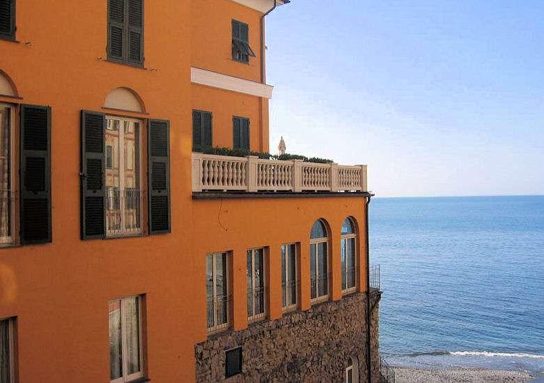 Chambre avec balcon et vue latérale sur la mer.