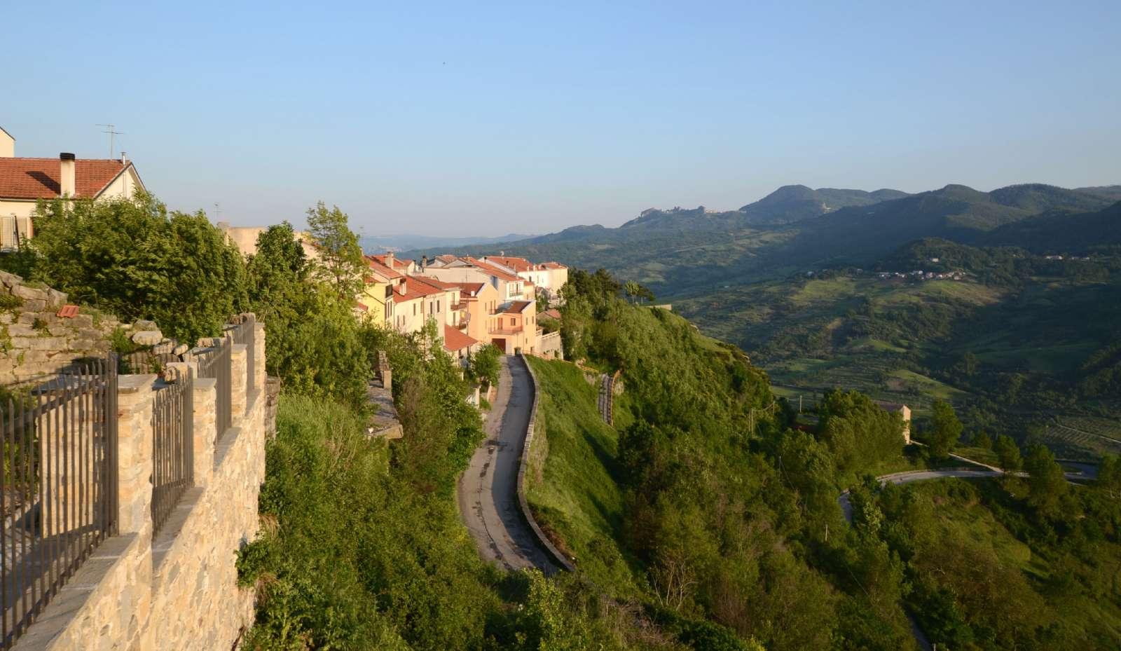 Vy mot pittoreska staden Agnone i Molise