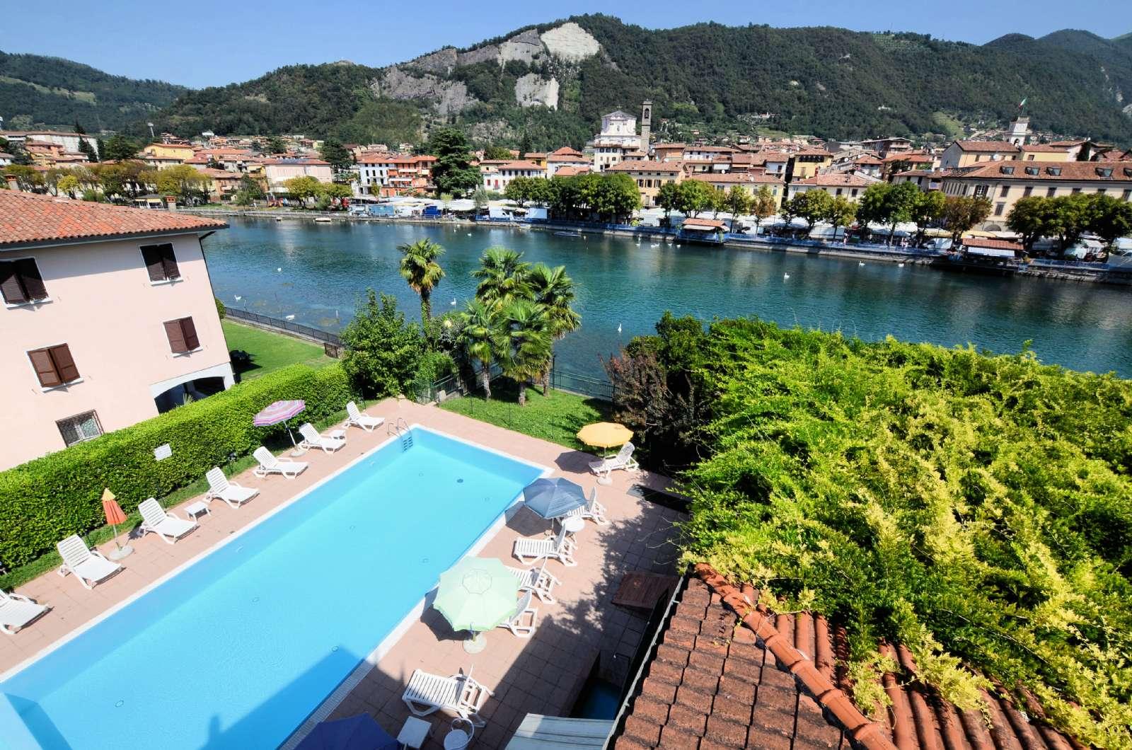 Swimmingpool ud til søen - Sarnico ligger på den modsatte side