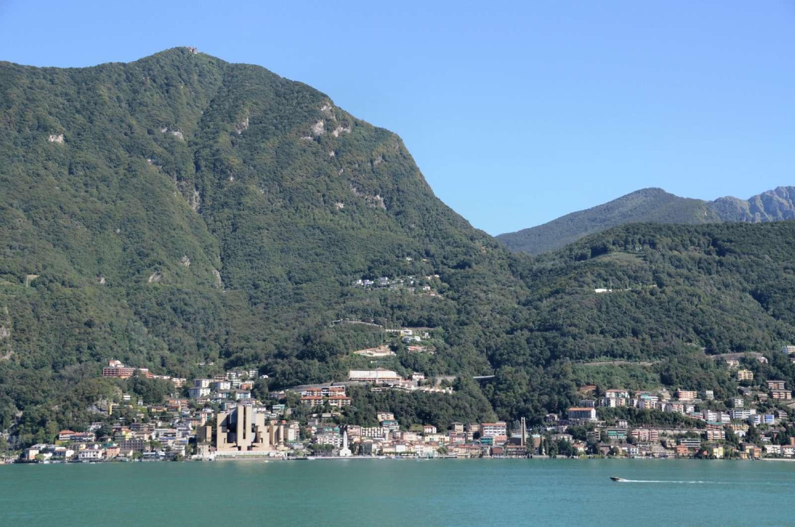 Campione d'Italia ligger smukt mellem sø og bjergryg