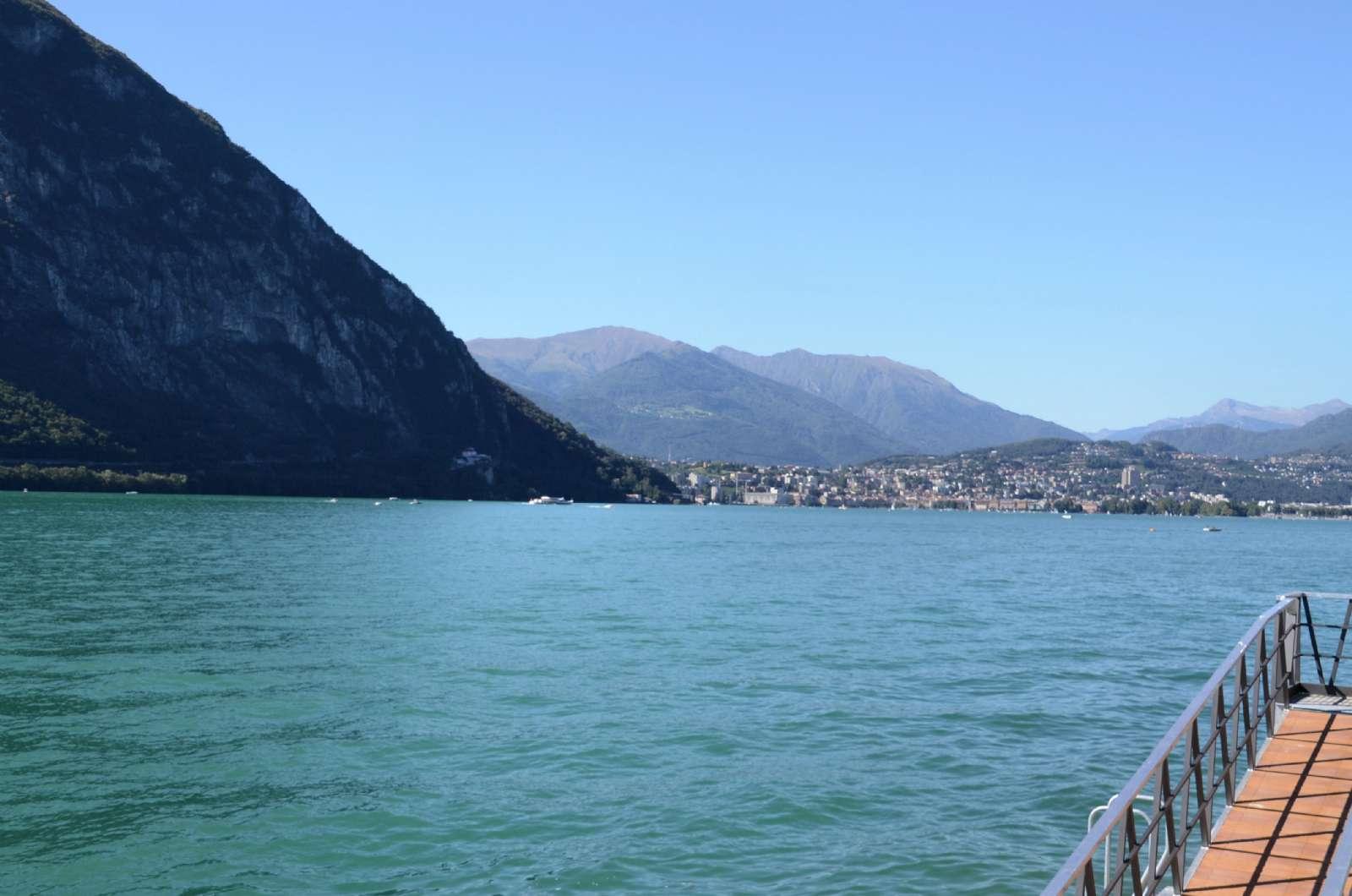 På den anden side af søen ligger Lugano by (Schweiz)