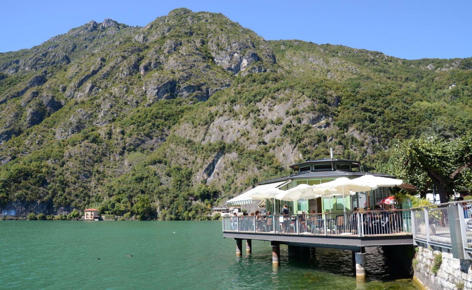 Café et restaurant le long du lac