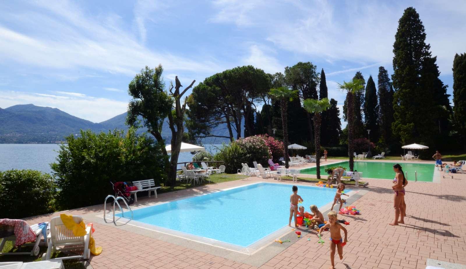 Parkanlage mit Swimmingpool für Groß und Klein, der mit den Nachbarn geteilt wird