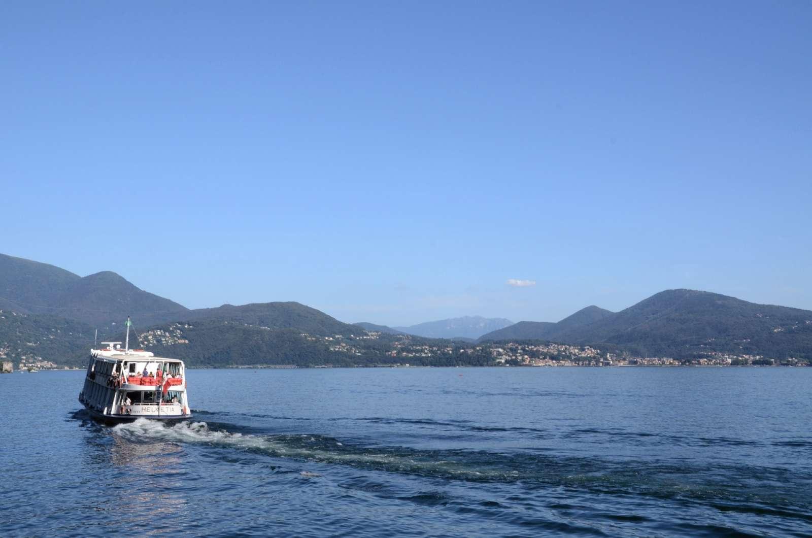 Segla mellan de vackra städerna vid Maggioresjön