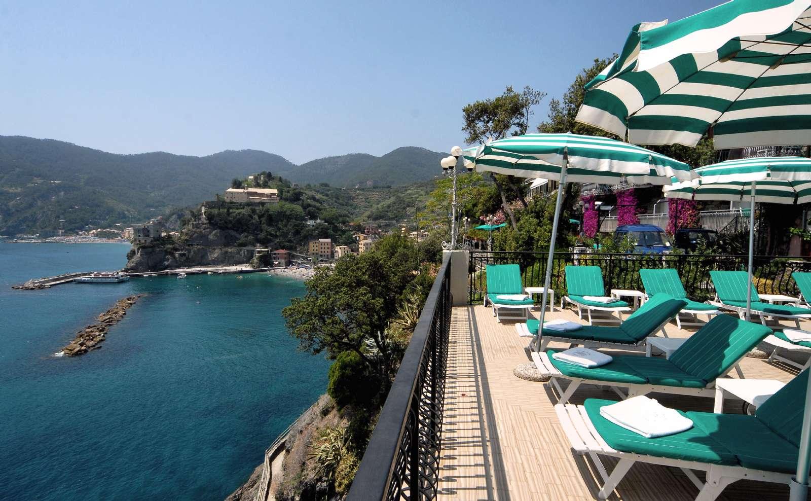 Panoramiske terrasser med havudsigt er blot en af Hotel Porto Roca's talrige fordele