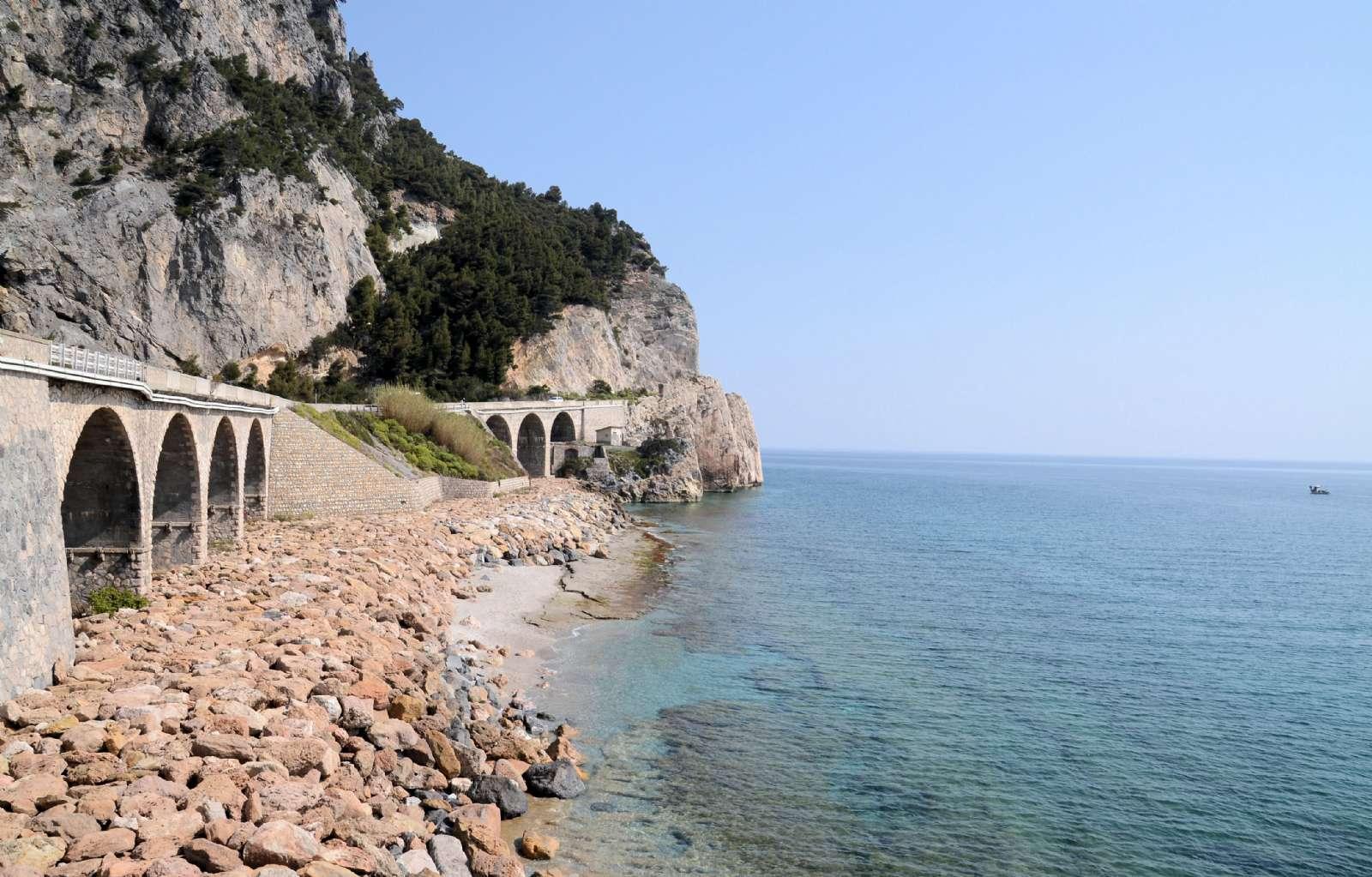 Den vackra, rå klippkusten vid Finale Ligure
