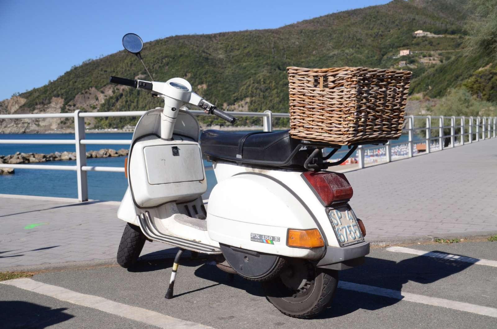 En scooter på strandpromenaden