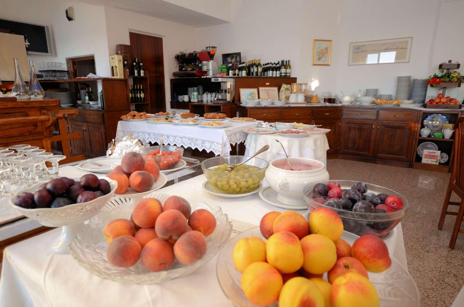 Frühstücksbuffet mit Obst, hausgemachter Kuchen usw.