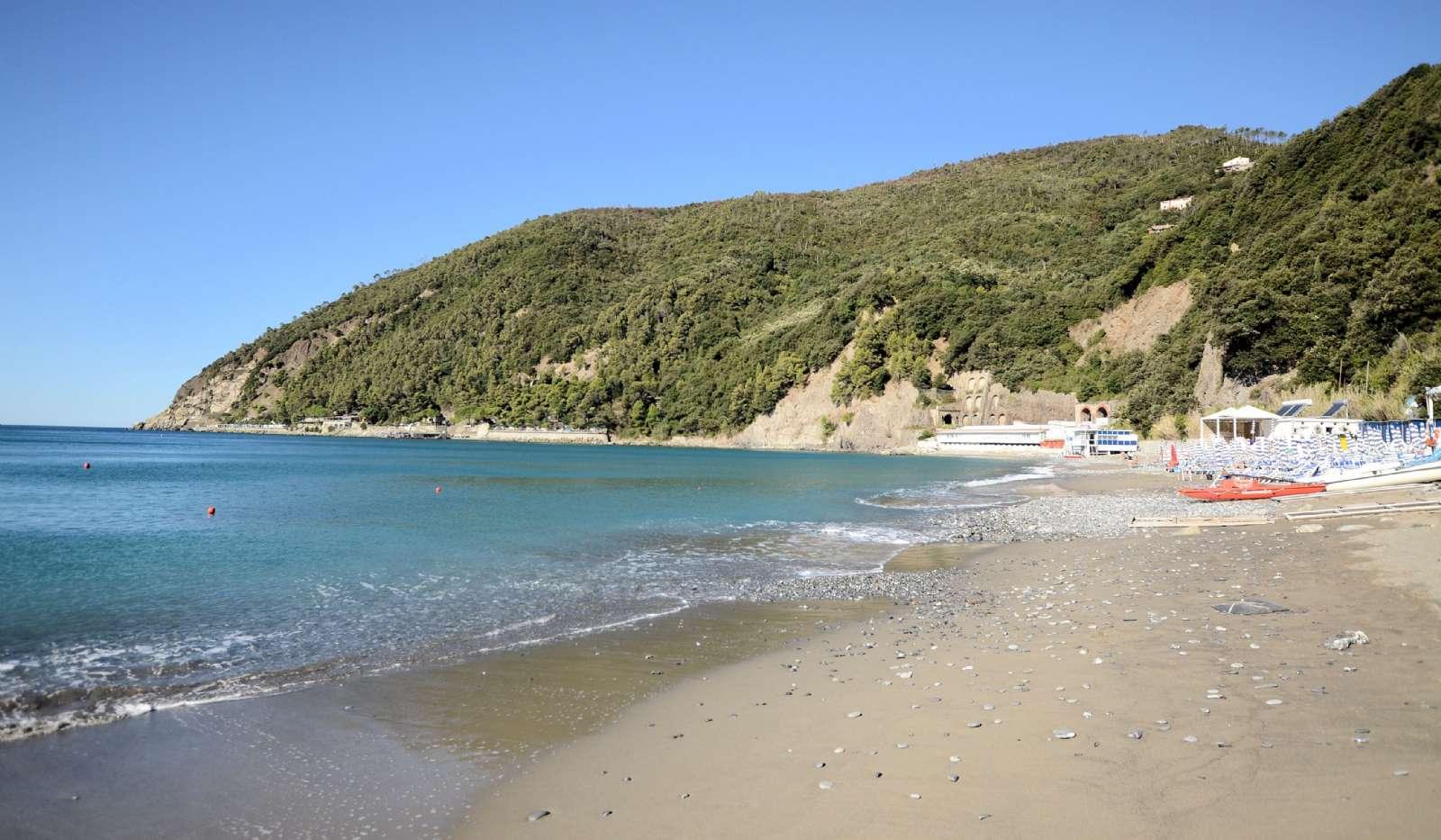 Stranden neden foran hotellet (ca. 90 trin)