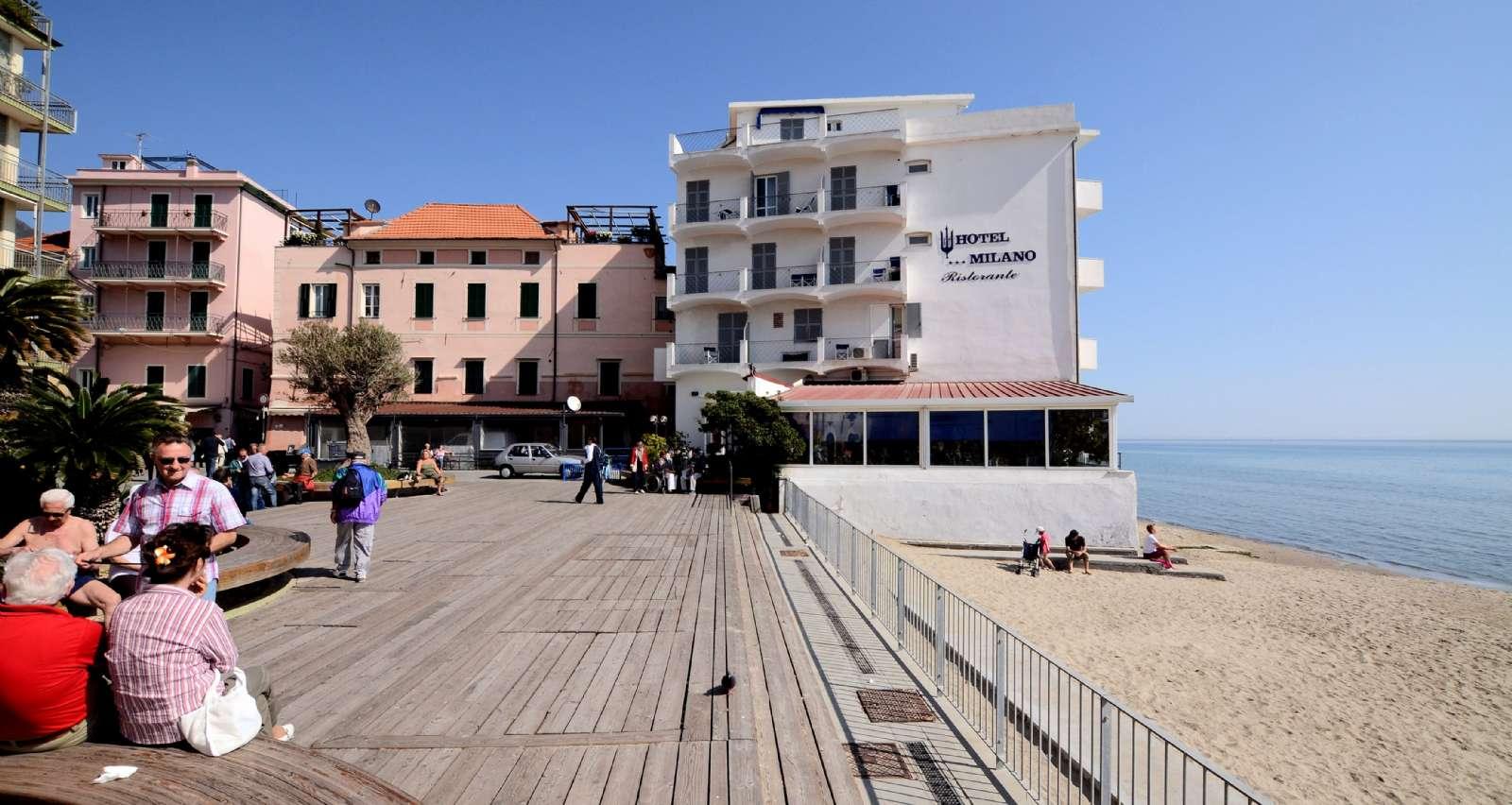 Hotel Milano ligger mitt i stan och på första rad ut till havet