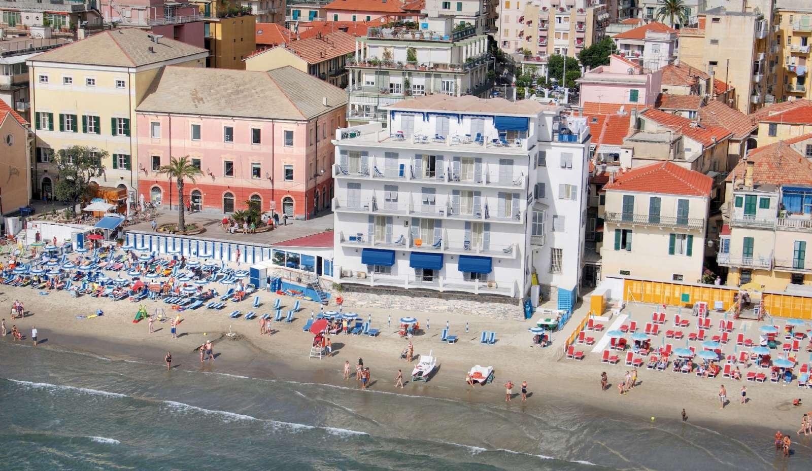 Hotel Milano (den hvide bygning) ligger helt nede i strandkanten