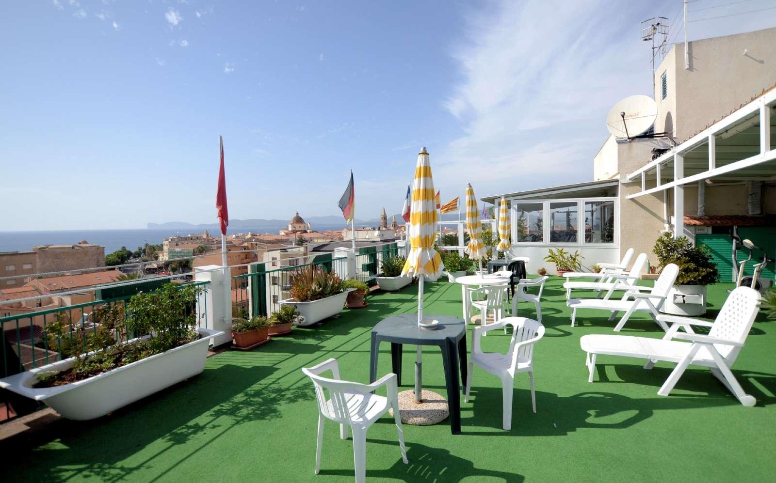 La terrasse sur le toit avec ses chaises longues et l'espace petit-déjeuner