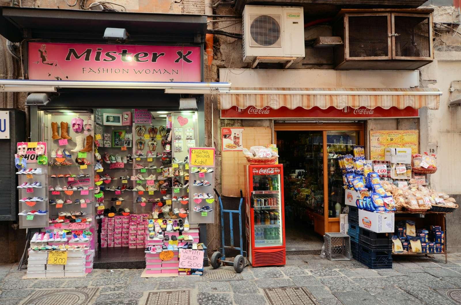 Ambiance typique dans une rue de Naples