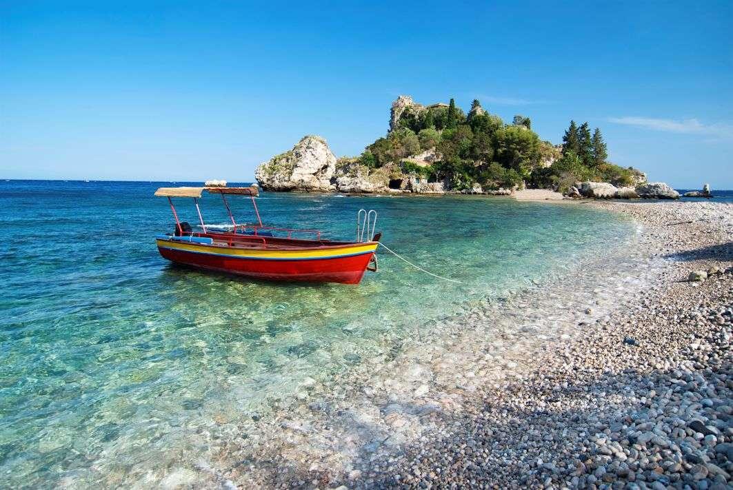 Den lille ø Isola Bella og stranden med småsten