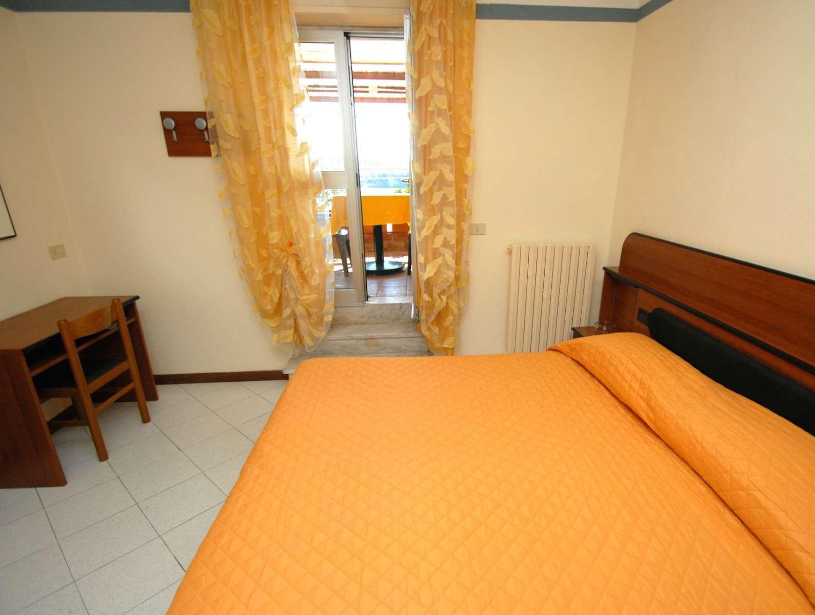 Doppelbettzimmer mit Terrasse an der Rezeption