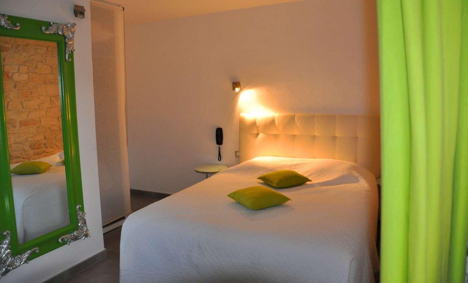 Eksempel p&aring; <a href=http://www.in-france.dk/frankrig/provence-alpes-cote-dazur/barjac/hotel-le-mas-du-terme/r/27396/>Charme Superior</a>