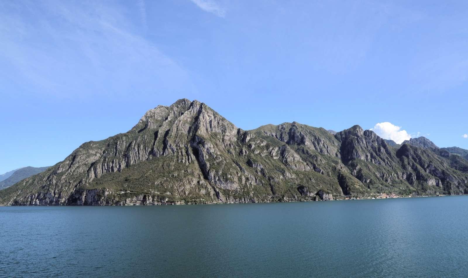 Bergen möter Iseosjöns klara vatten