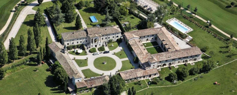 Relais Corte Paradiso til højre for hovedbygningen