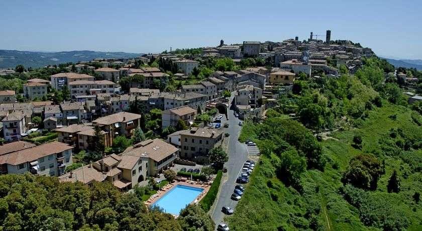 Albergo Villa Nencini med Volterras centrum i baggrund