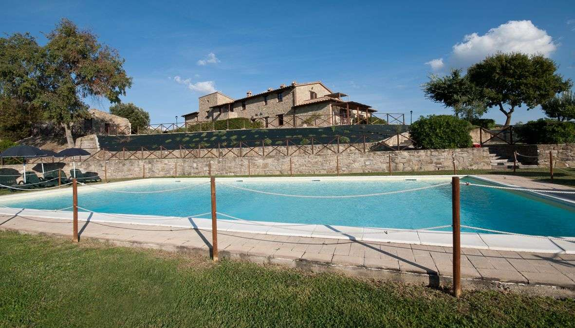 Pool och Forte Sorgnano i bakgrunden