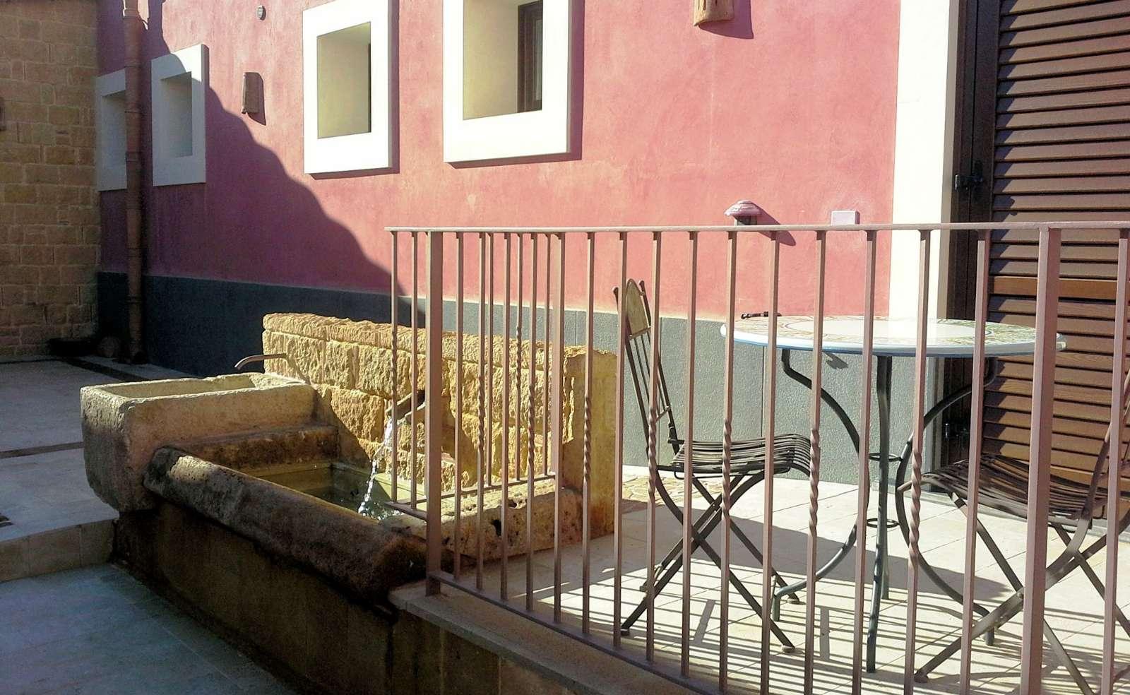 Eigene Terrasse am Eingang der Wohnung