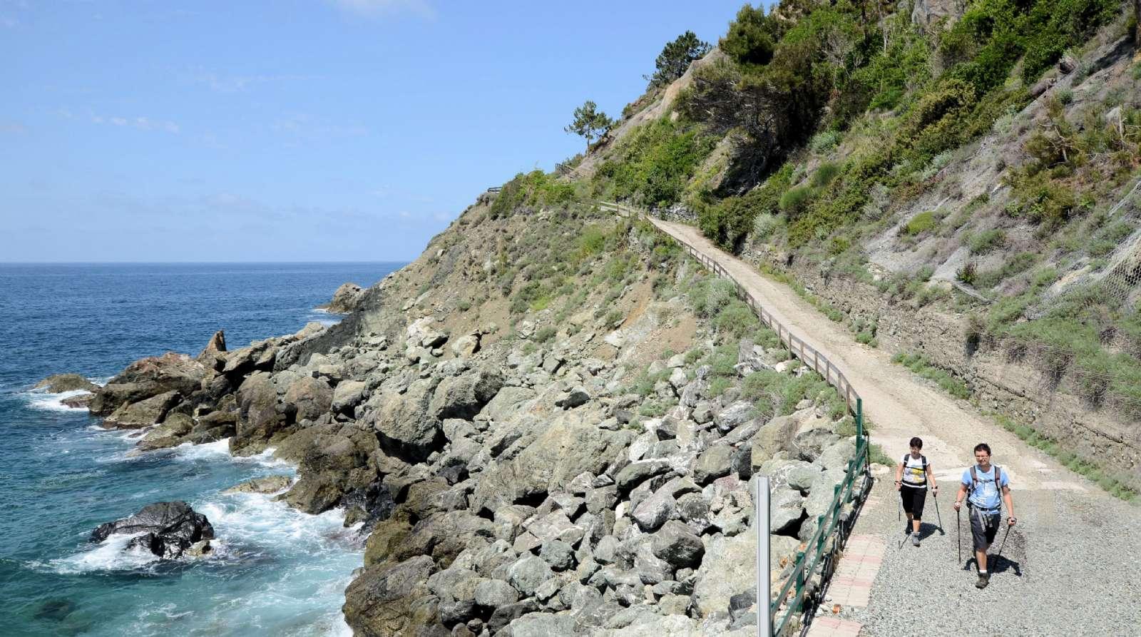 Vandringstur längs havet är en populär del av en aktiv semester i Italien.