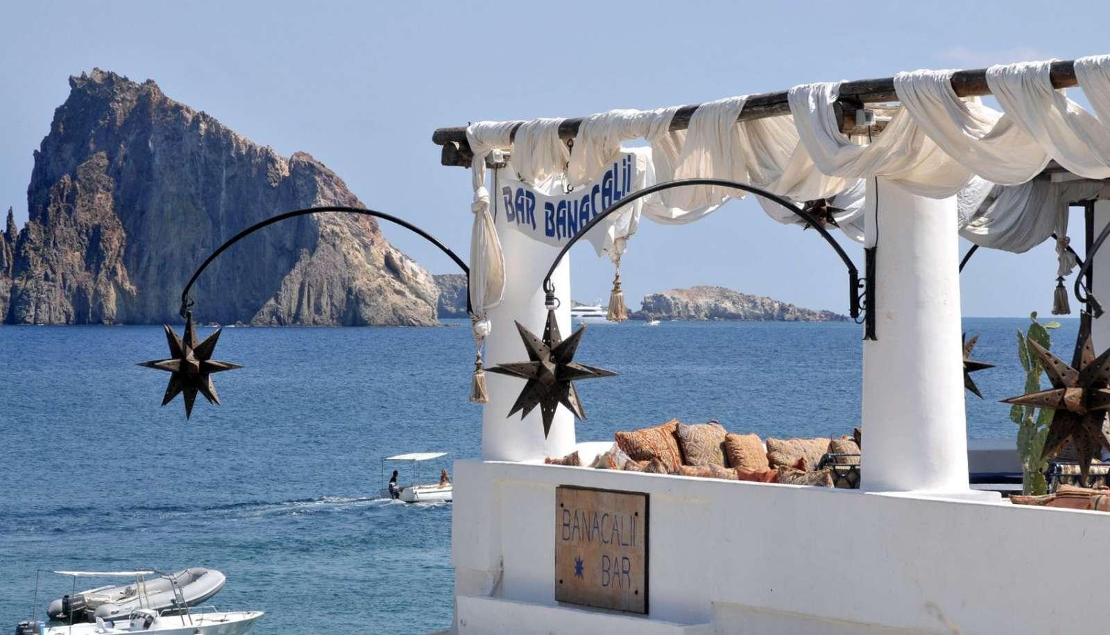 Udsigt over klippene mellem Panarea og Stromboli ø
