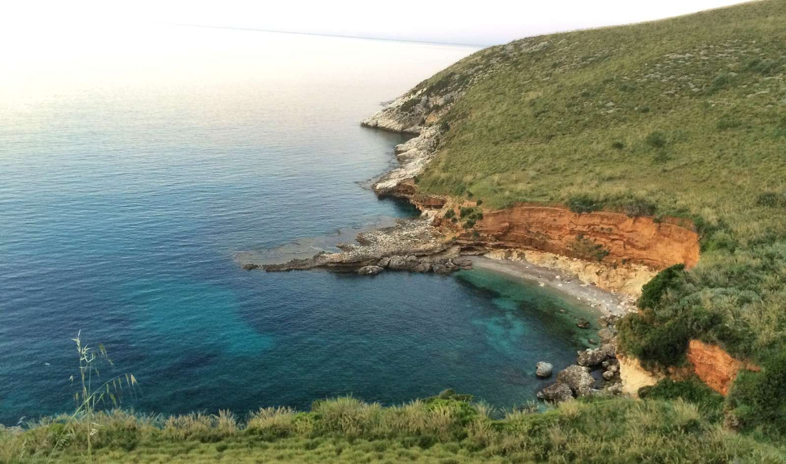 La plage aux pieds des falaises, près de Villino dei Gabbiani