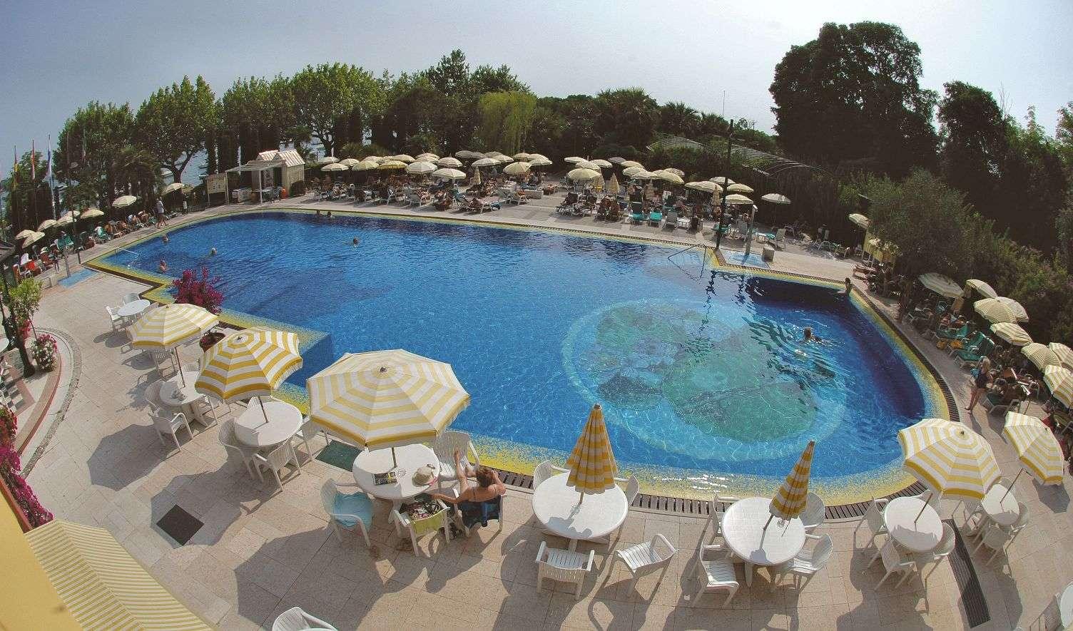 Pool ud mod søen på Parc Hotel Gritti