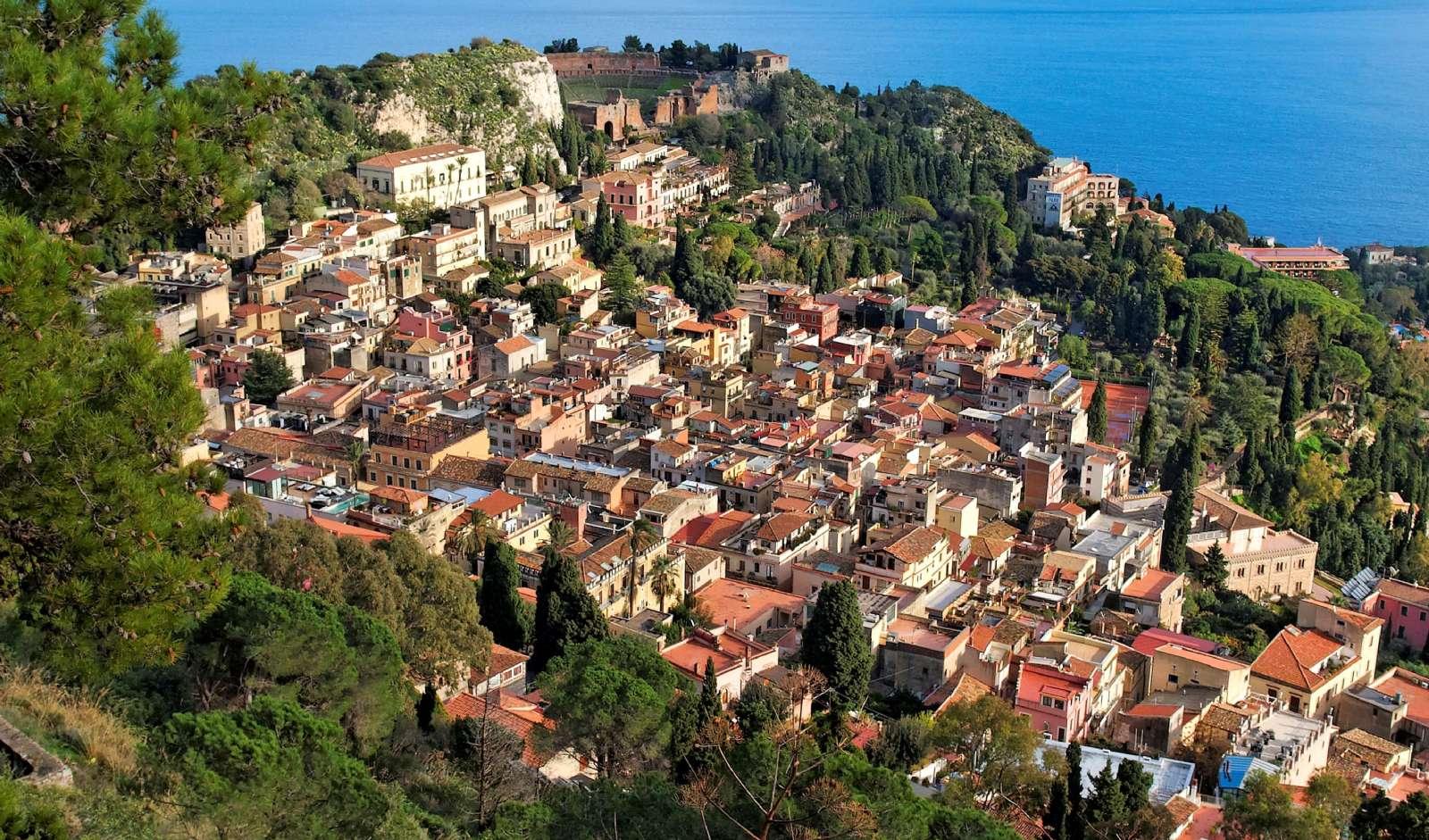 Taormina ligger med fin utsikt