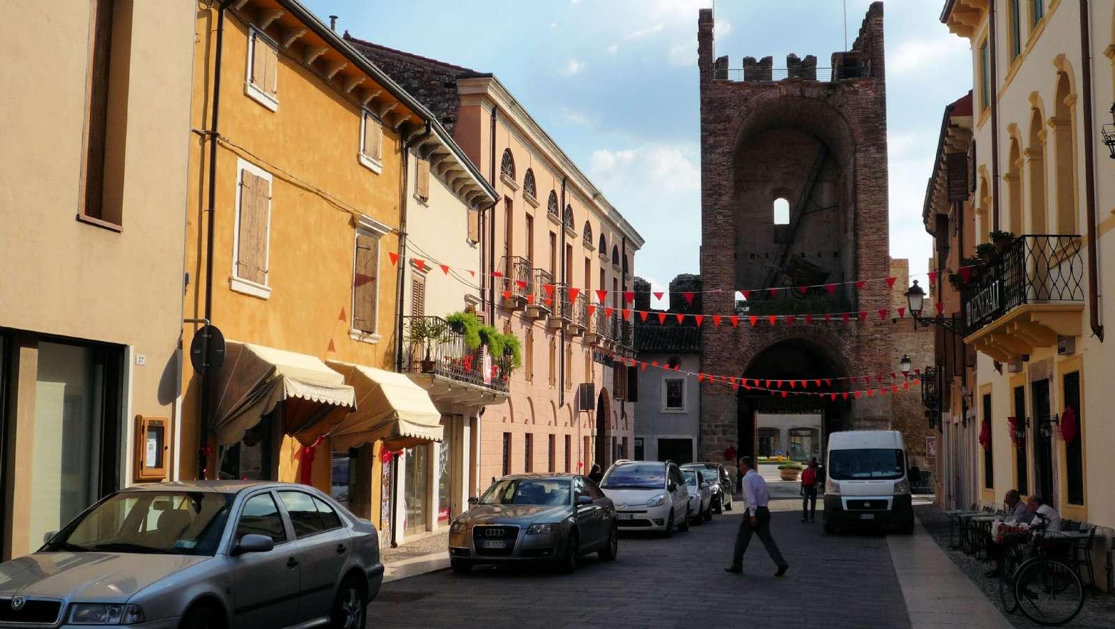 Den lilla gågatan i Soave - med vy mot Porta Verona