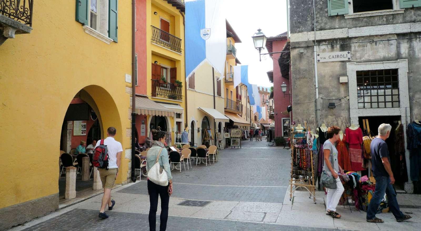 Les rues piétonnes de Piazza Chiesa et Piazza Calderini