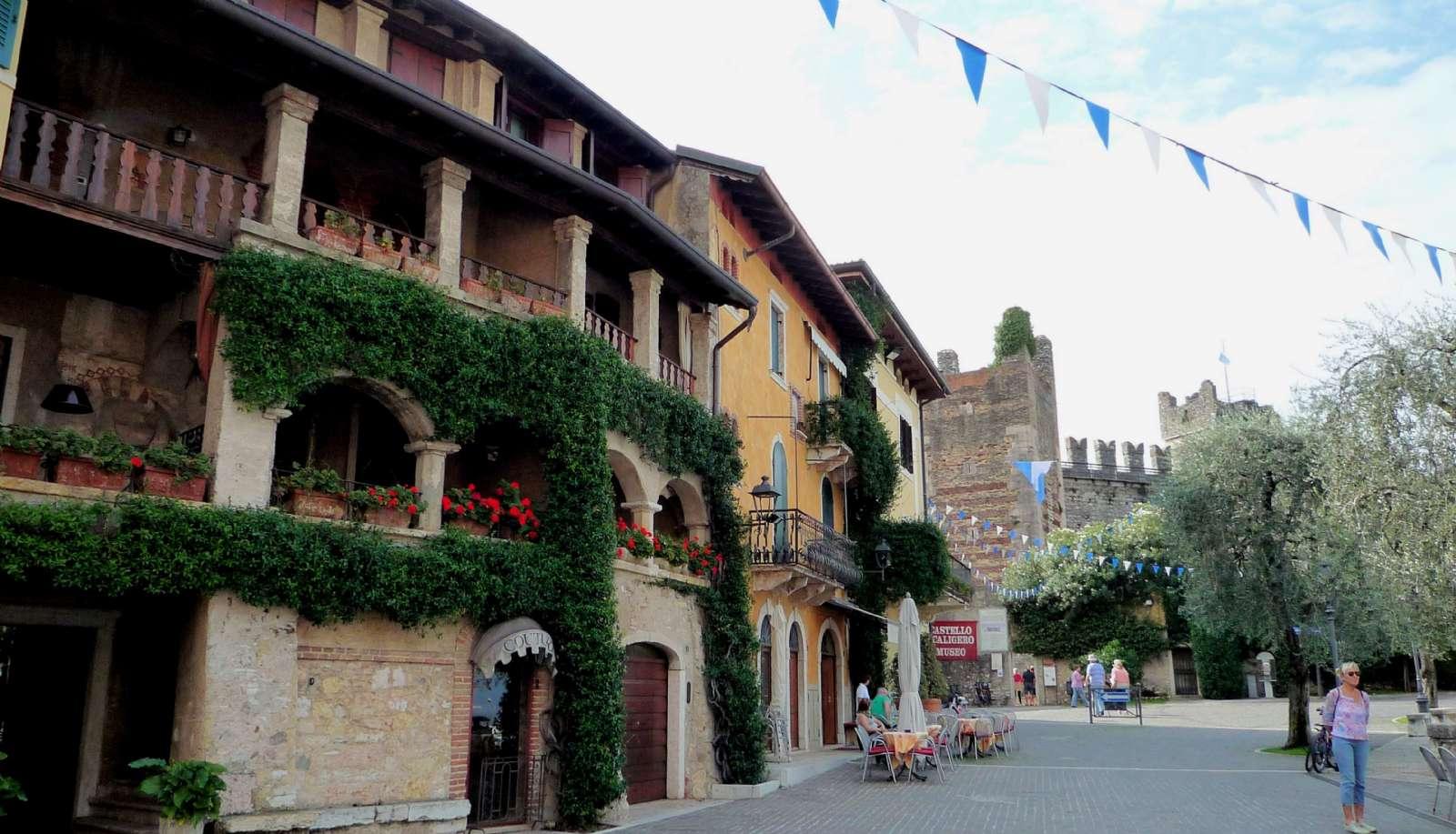 Scaligero-fæstningen for enden af Piazza Calderini