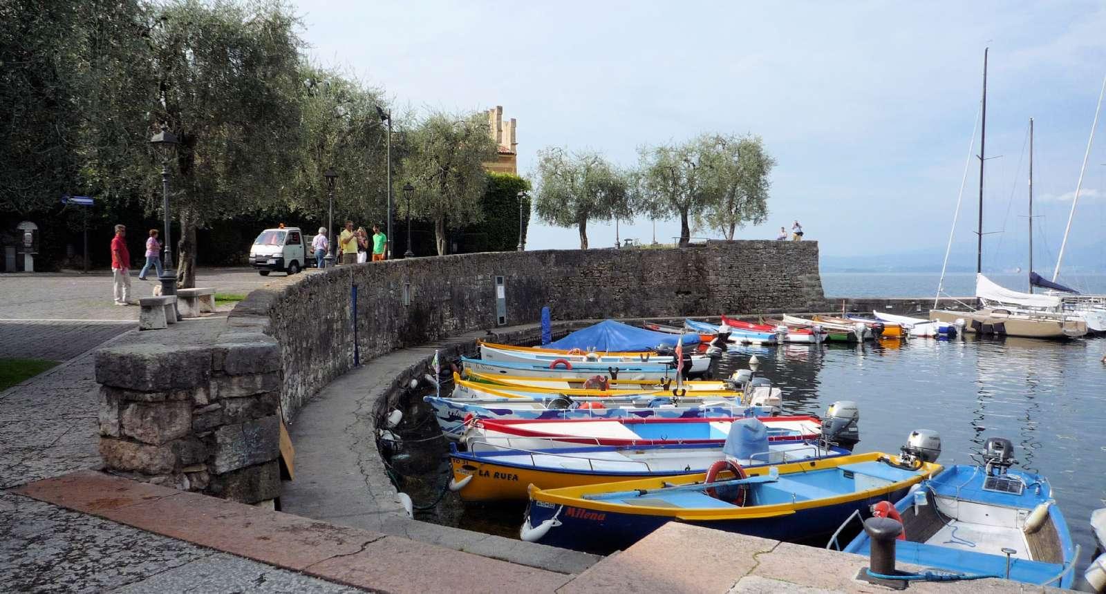 Udsnit af lystbådehavnen ud for fæstningen Scaligero