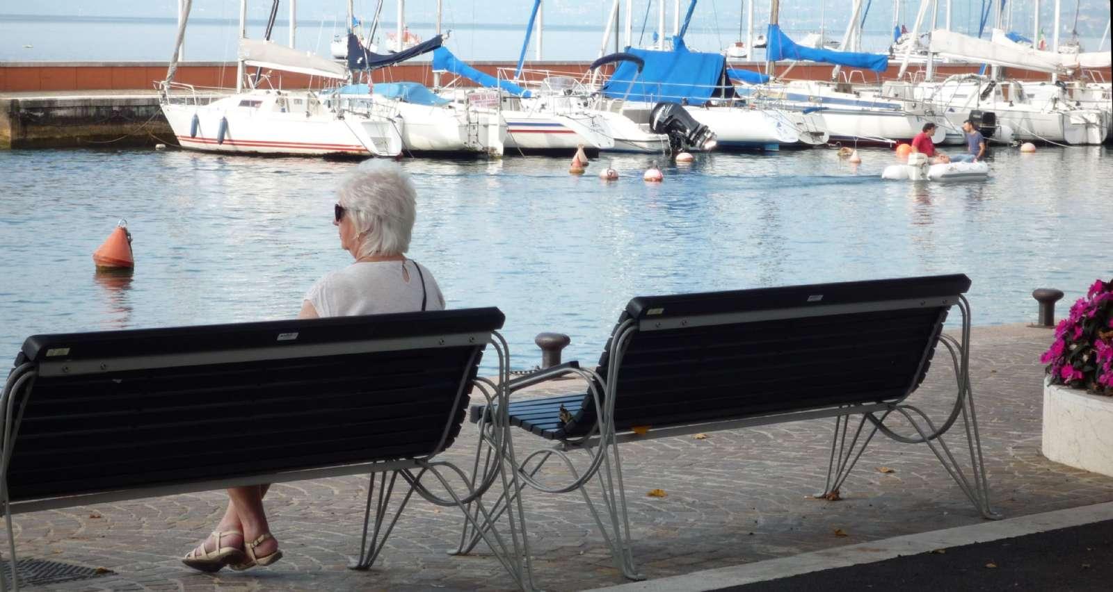 Gardasjön betraktas fint från en bänk