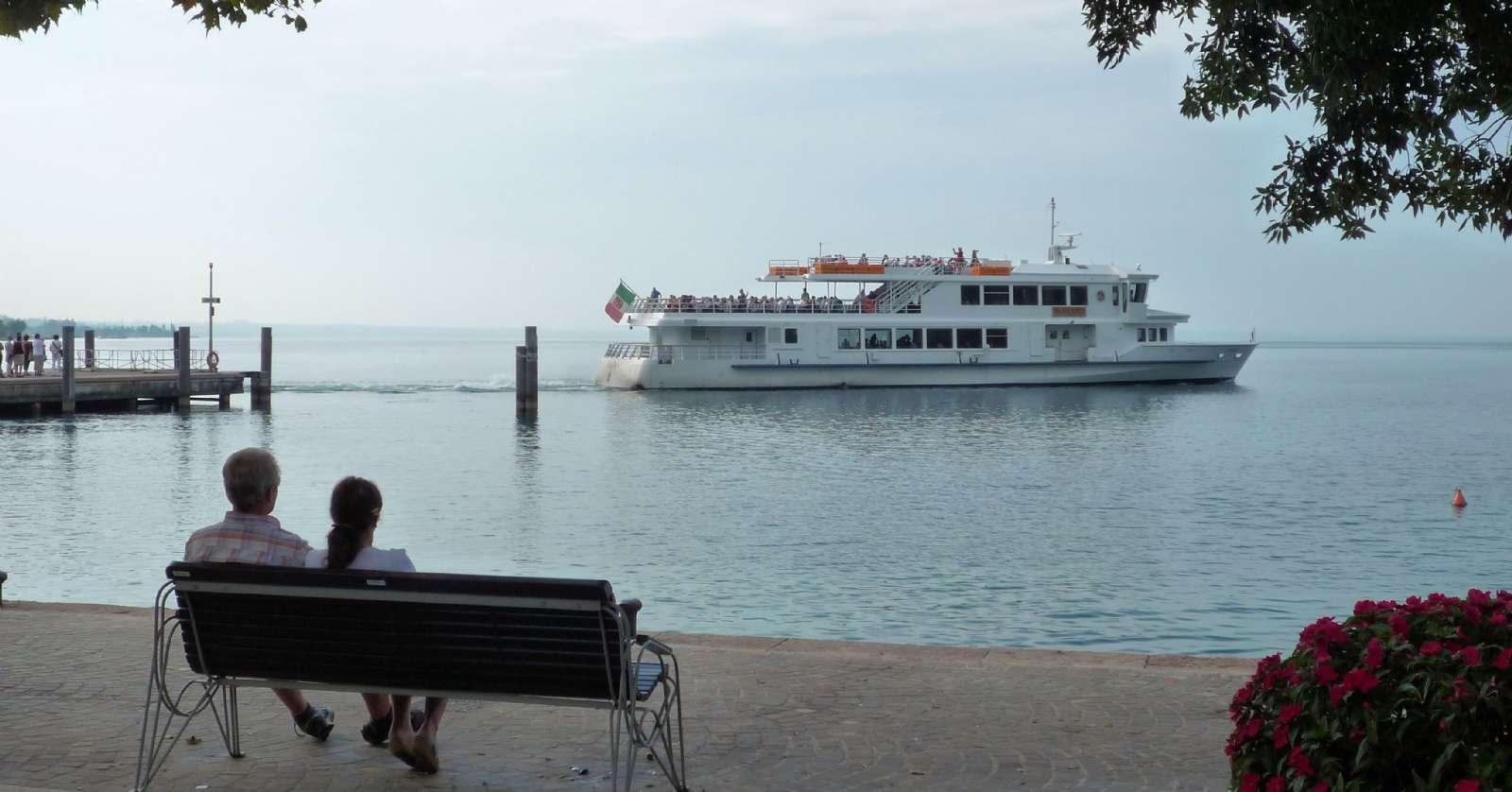 Färjan avgår ofta till övriga städer runt Gardasjön