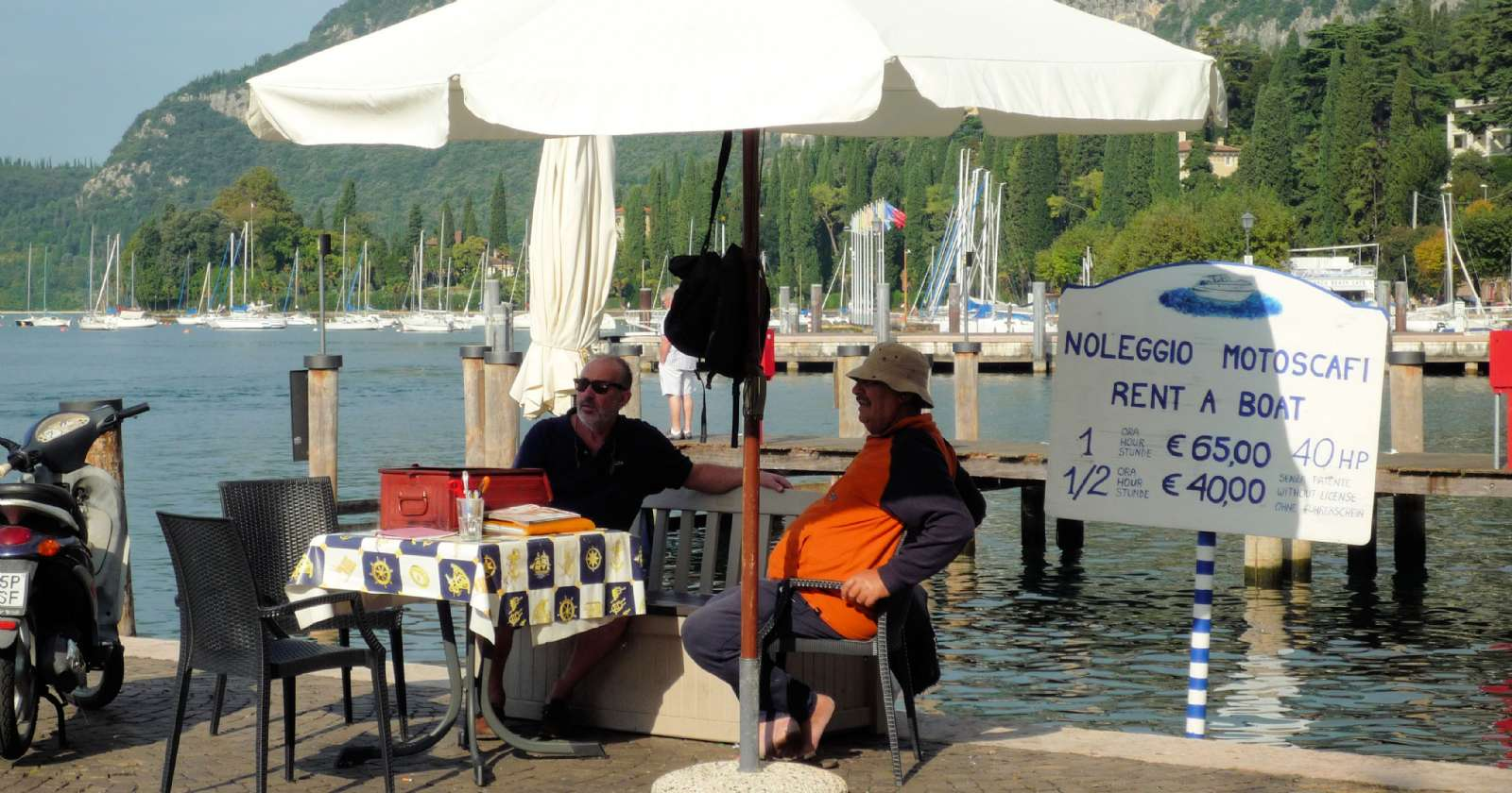Du kan också hyra din egen båt från hamnen i Garda