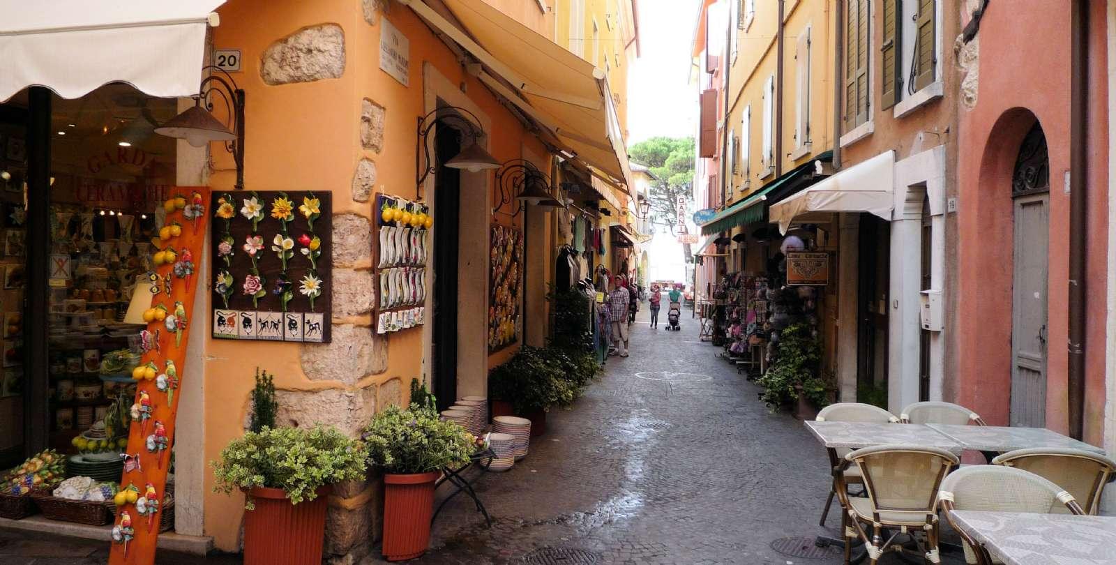 De små gränder bakom sjöpromenaden i Garda