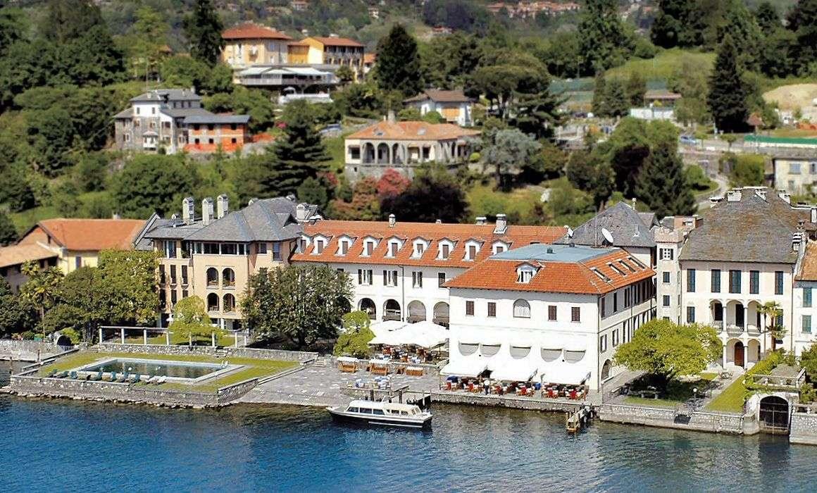 Alle bygningerne ud til søen er Hotel San Rocco