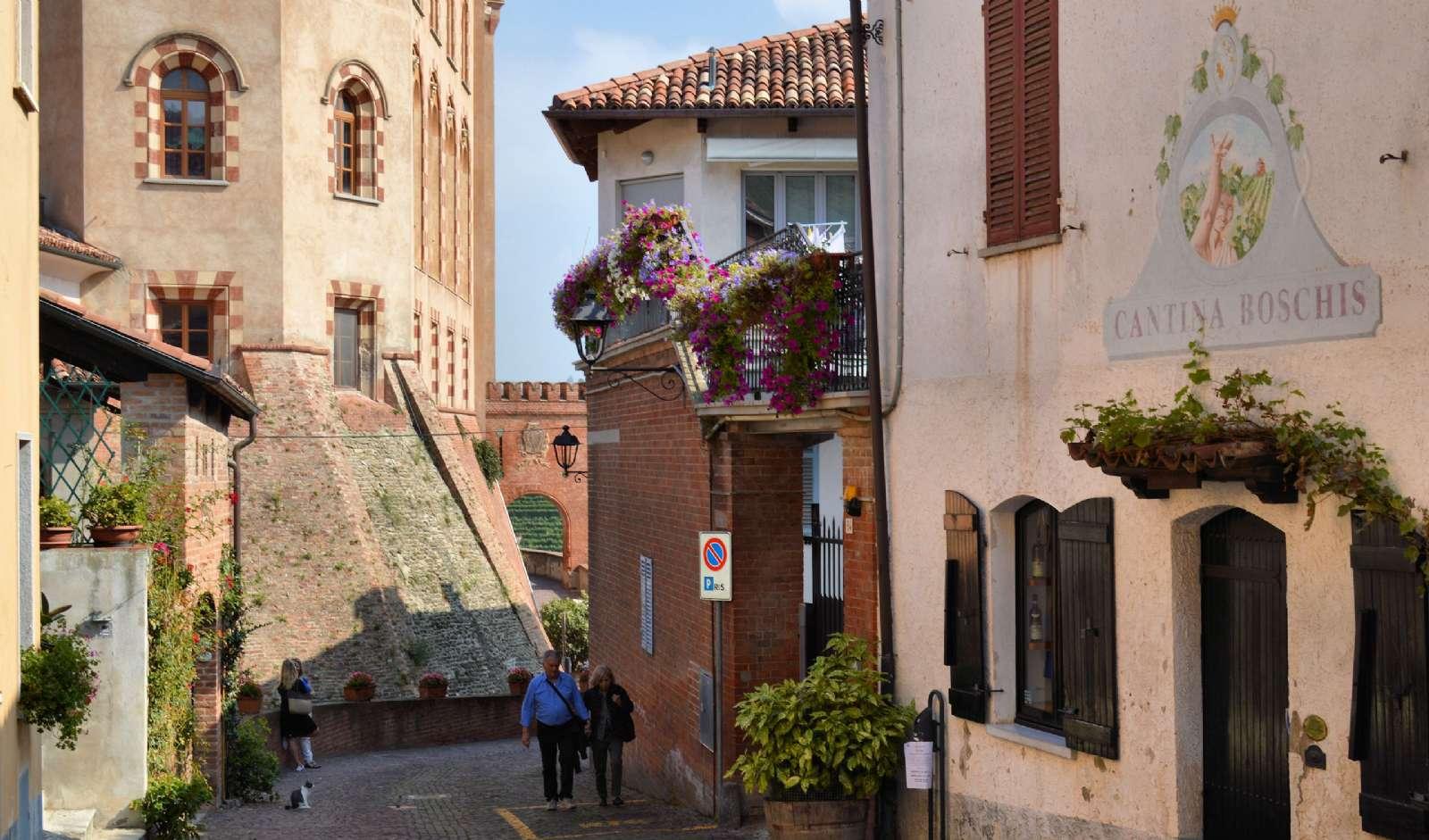 Stämningsfulla gator och byggnader i La Morra