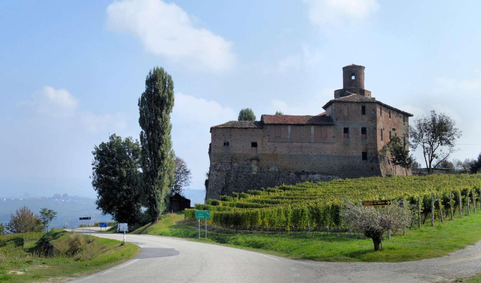 Vackra byggnader mitt i vinlandskapet