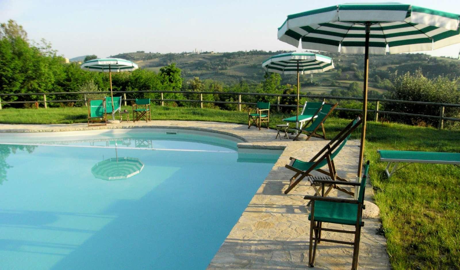 Fra poolen har du udsigt til San Gimignano