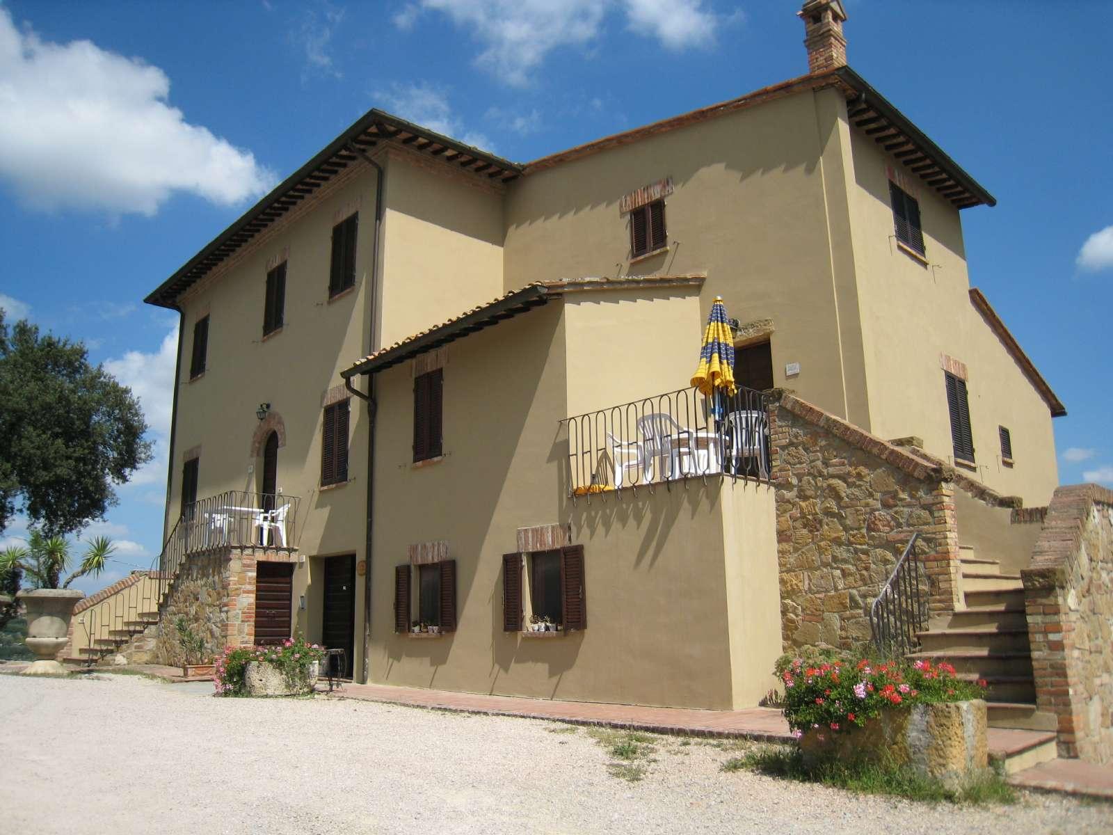 Huvudbyggnaden med lägenheterna Leccio och Mandorlo på andra våningen